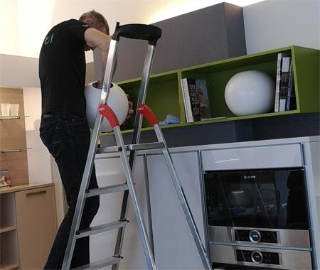 Man reinigt Küche