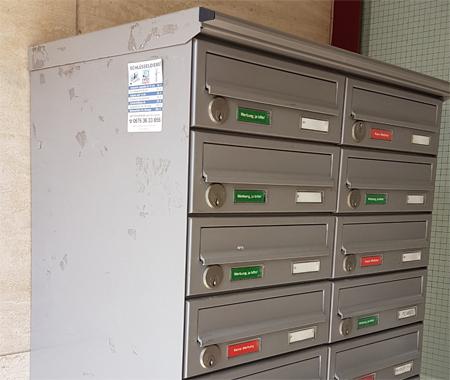 Postkasten mit Etiketenkleber