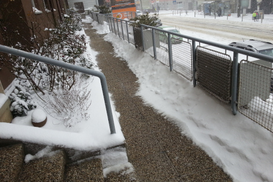 Gehesteig gereinigt vom Schnee